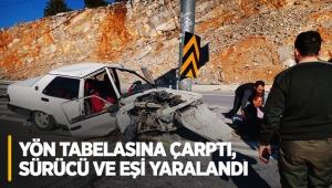 Otomobil yön tabelasına çarptı, sürücü ve eşi yaralandı