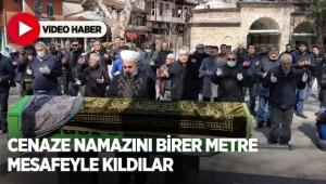 Cenaze namazını birer metre mesafeyle kıldılar
