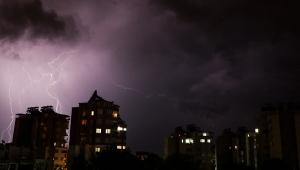 Antalya'da geceyi şimşekler aydınlattı