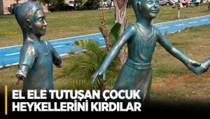 El ele tutuşan çocuk heykellerini kırdılar
