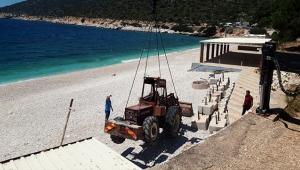 Gökliman Plajı, vinçle indirilen iş makineleri ile yeni sezona hazırlanıyor