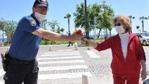 Polisten annelere çiçek sürprizi