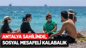 Antalya sahilinde, sosyal mesafeli kalabalık