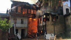 Kaleiçi'nde 3 katlı tarihi ahşap bina yandı