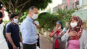 Kurnaz, maske ve dezenfektan dağıttı