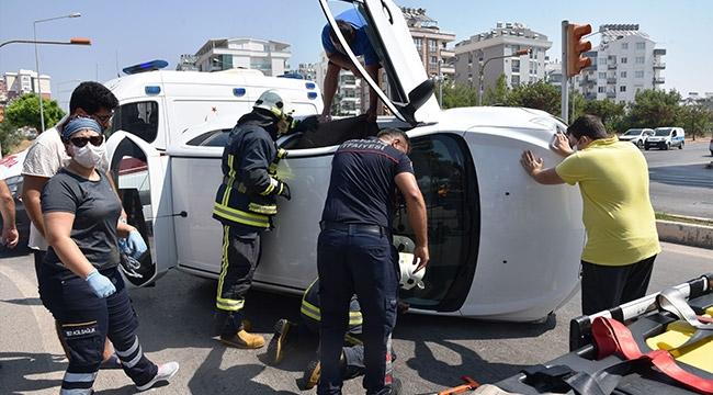 Devrilen otomobilde sıkışan sürücüyü itfaiye kurtardı