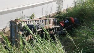 Devrilen traktörün sürücüsü öldü, babası yaralı