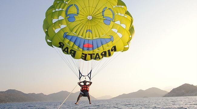 Kekova'da paraşütle gökyüzü yolculuğu