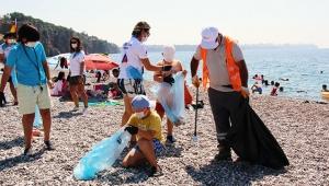 Konyaaltı Sahili'ni temizlediler