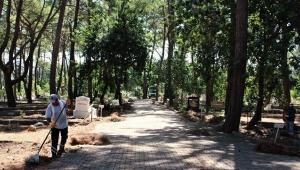 Büyükşehir'den mezarlık temizliği
