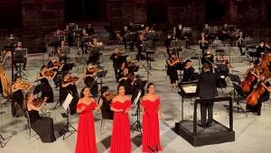 Tarihi tiyatroda 3 Soprano 3 Bas