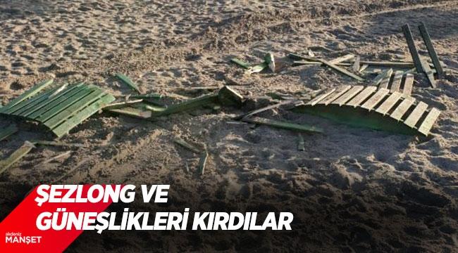 Arazi araçlarıyla plaja girip, şezlong ve güneşlikleri kırdılar
