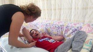Berat'ı parka götürmek için tekerlekli sandalye istiyor
