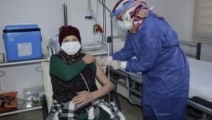 Huzurevi sakinlerineilk doz aşılarıyapıldı