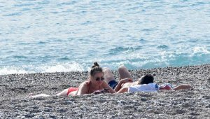 Kısıtlamada turistlerin sahilde güneş keyfi