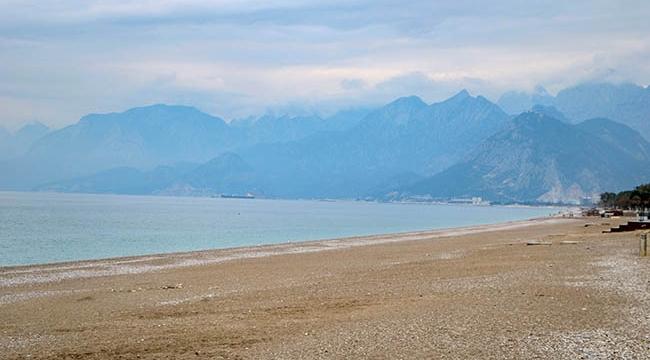 Antalya'da sahil ve sokaklar boş kaldı