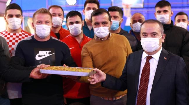 Başkan Böcek'ten güreşçilere ziyaret