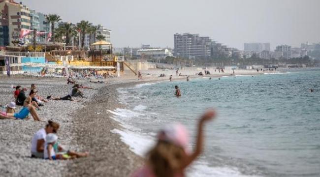 Antalya'da sıcaklık 30 dereceye ulaştı, sahiller doldu