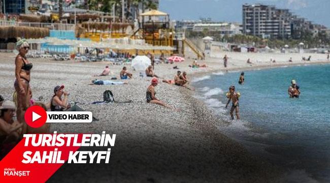 Antalya'da turistlerin sahil keyfi