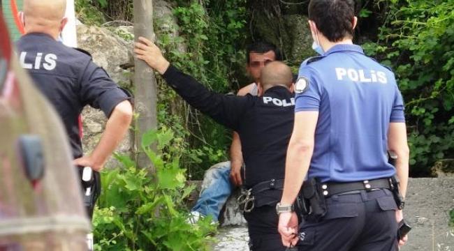 Bıçakla kendisine zarar verirken polis durdurdu