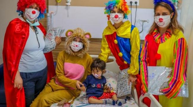 Hemşireler hasta çocukları eğlendirdi
