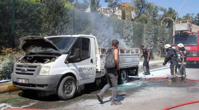 Kömür yüklü kamyonet yandı