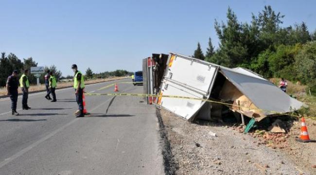 Meyve yüklü kamyon devrildi, şoför öldü