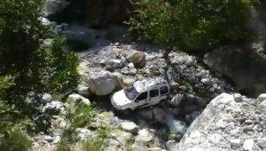 Araç uçurumdan yuvarlandı: 1 ölü, 1 yaralı