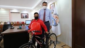 Başarılı güreşçiye bisiklet hediye etti