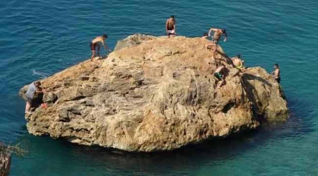 Kayalıklardan denize tehlikeli atlayış