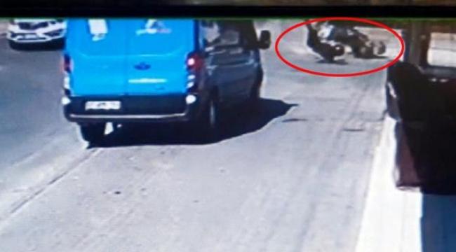 Motosikletli kuryenin yaralandığı kaza kamerada