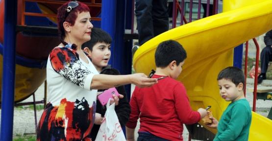 Gamze'nin ablası çocuk sevindirdi!
