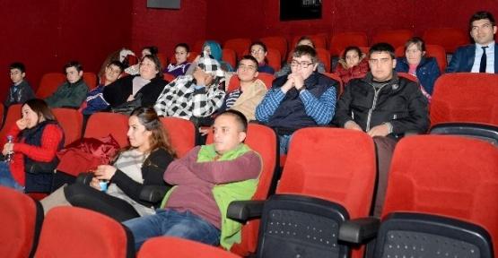 Özel Öğrencilere Başkan Çetinkaya Sinema Bileti Hediye Etti